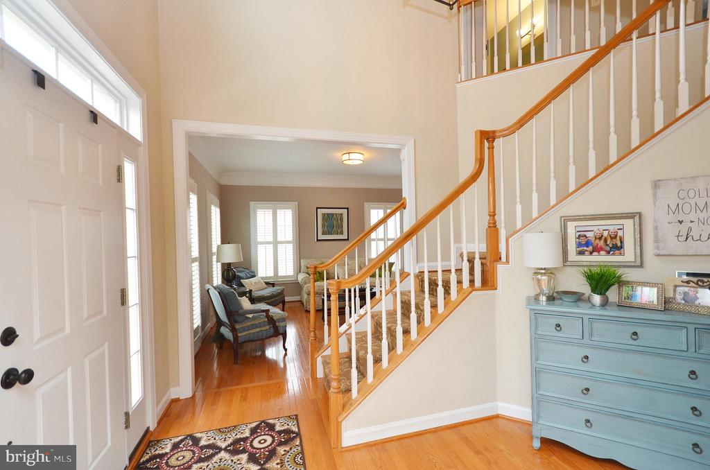 Foyer with vaulted ceilings and hardwood floors - 18490 ORCHID DR, LEESBURG