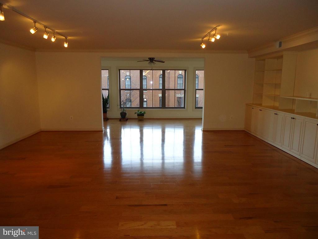 Great Room (24'x16') is the Centerpiece of Luxury - 485 HARBOR SIDE ST #306, WOODBRIDGE