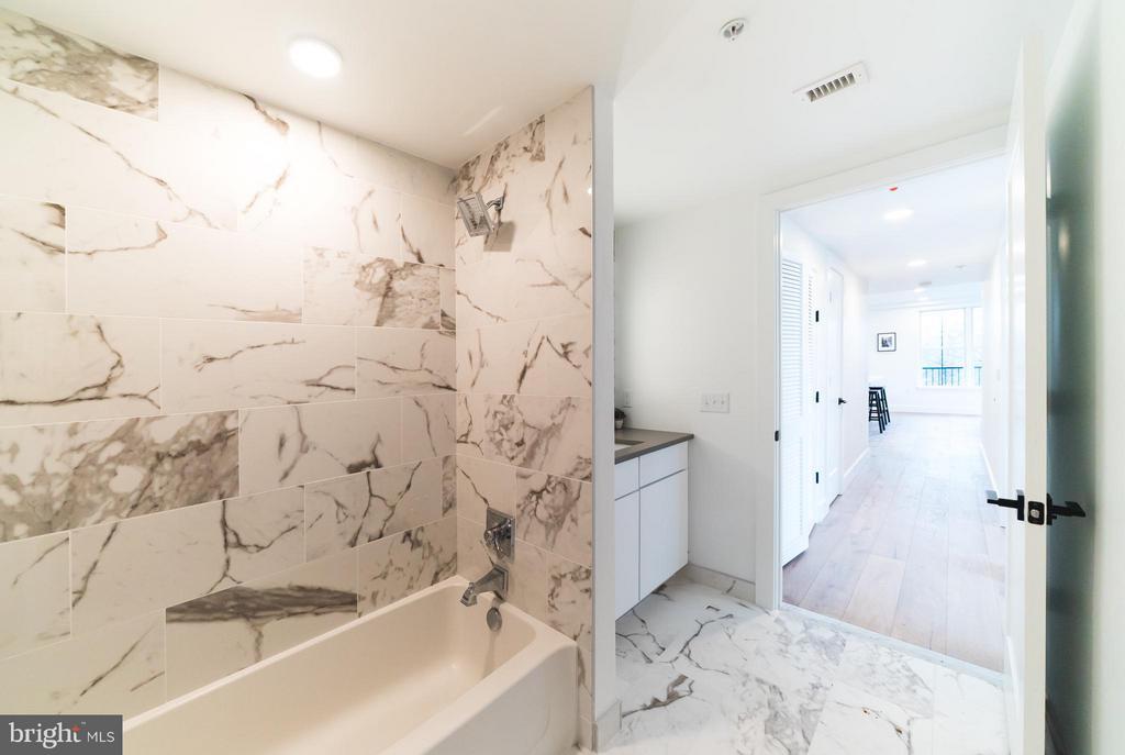 Hall bath- marble tile - 1245 PIERCE ST N #8, ARLINGTON