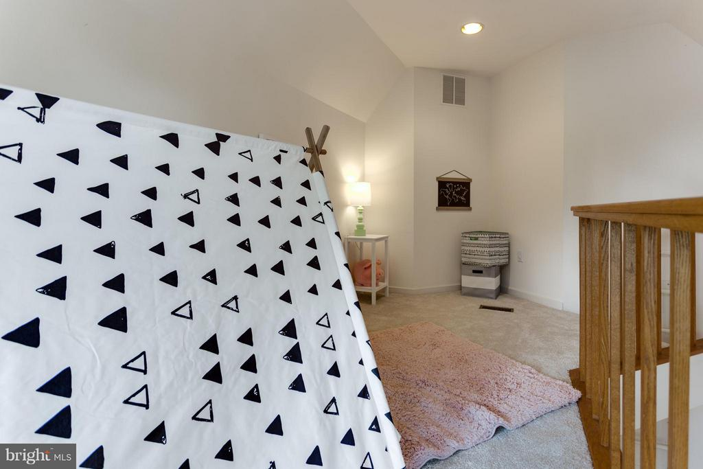 Play/Sleep in this cozy loft! - 11581 GREENWICH POINT RD, RESTON