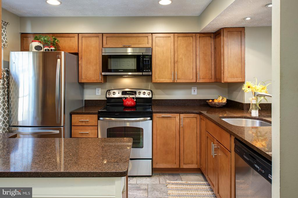 Updated kitchen - 1652 HARVEST GREEN CT, RESTON