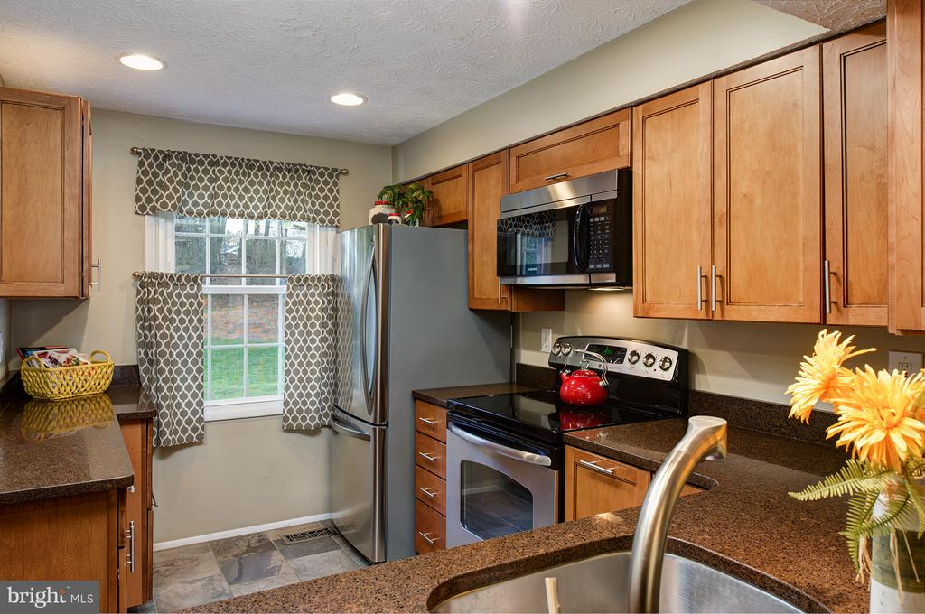 Stainless steel appliances & ceramic tile florr - 1652 HARVEST GREEN CT, RESTON