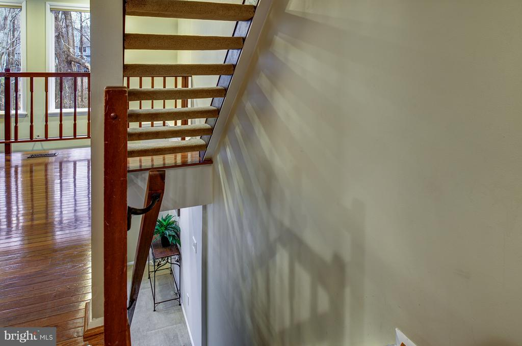 Bright and open staircase - 1652 HARVEST GREEN CT, RESTON