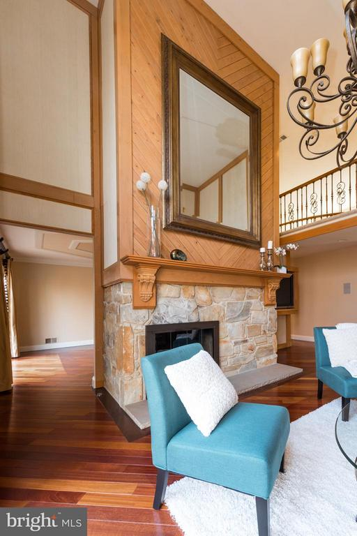 2 Story ceiling adds drama & light to this room - 7523 RAMBLING RIDGE DR, FAIRFAX STATION