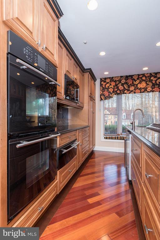 Don't miss the wine cooler & heating drawer here - 7523 RAMBLING RIDGE DR, FAIRFAX STATION