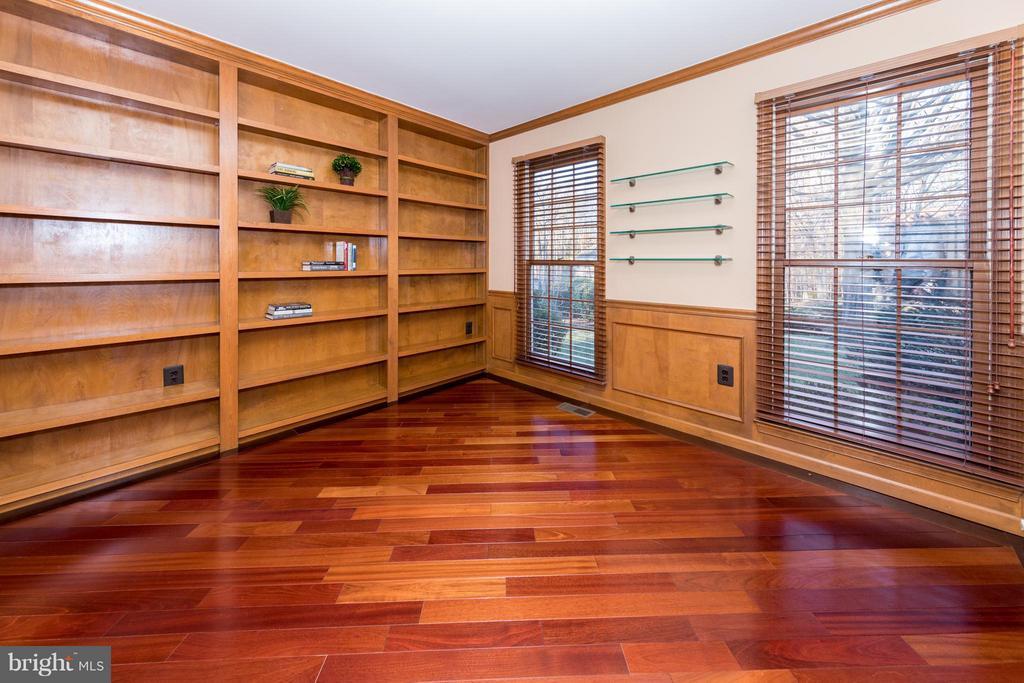 Lovely office has custom woodwork & shelves - 7523 RAMBLING RIDGE DR, FAIRFAX STATION