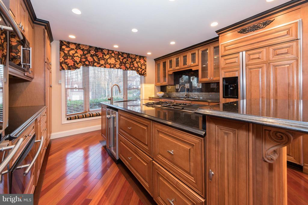 Custom kitchen cabinetry - 7523 RAMBLING RIDGE DR, FAIRFAX STATION