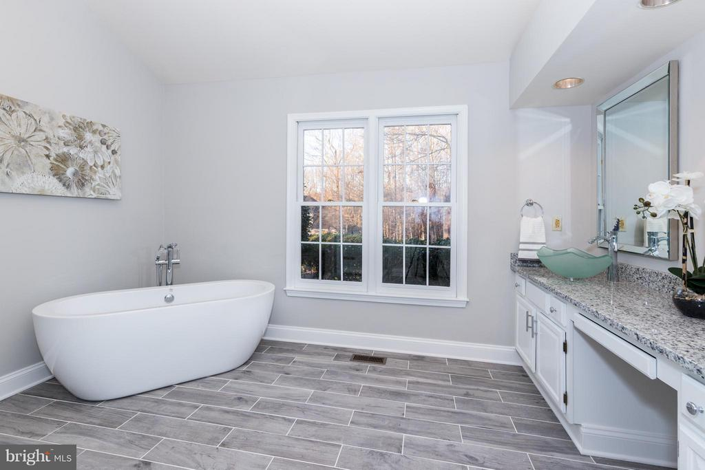 Relax in this updated master bath - 7523 RAMBLING RIDGE DR, FAIRFAX STATION