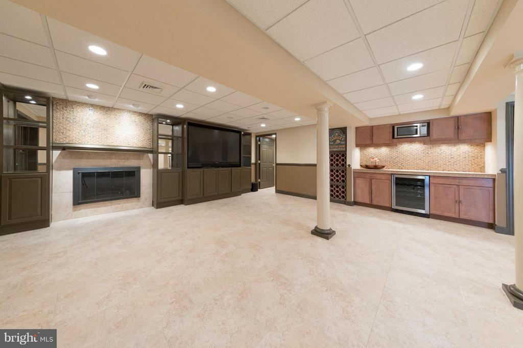 Note the built-in wine cooler and wet bar! - 7523 RAMBLING RIDGE DR, FAIRFAX STATION