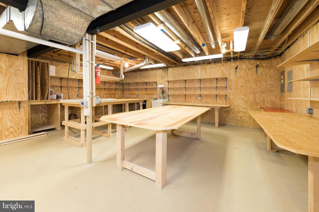 Large workshop or hobby room is very convenient. - 7523 RAMBLING RIDGE DR, FAIRFAX STATION
