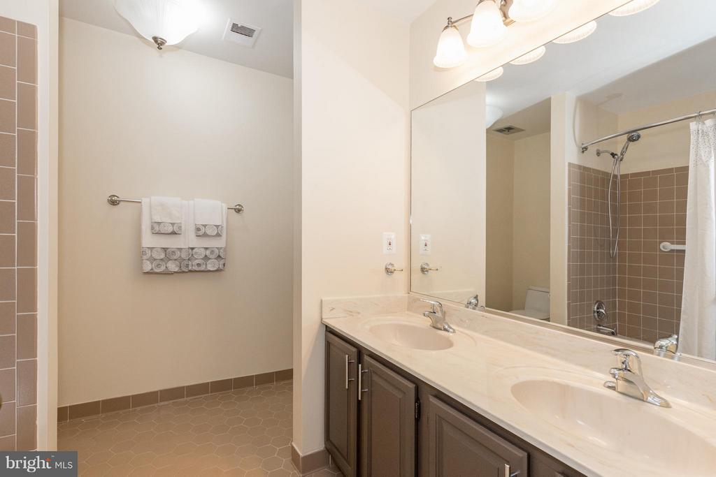 This bathroom attaches to the large upstairs bedrm - 7523 RAMBLING RIDGE DR, FAIRFAX STATION