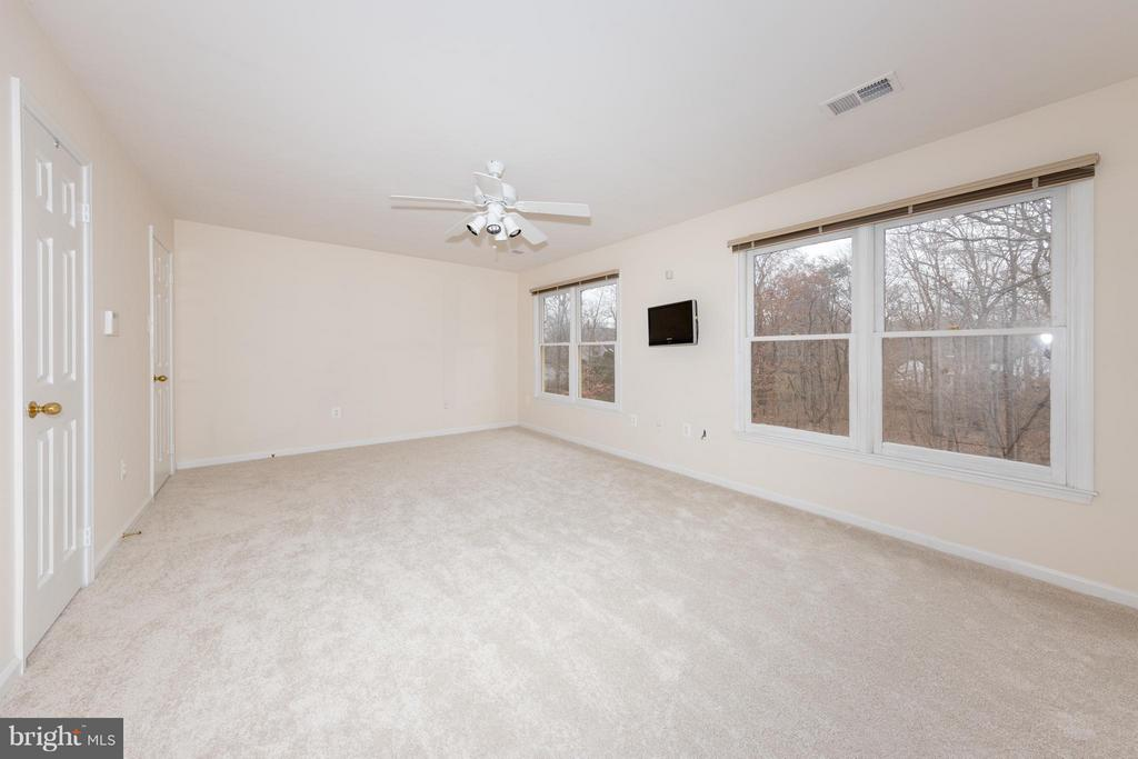 Large upstairs bedroom #2 can be a master bedroom - 7523 RAMBLING RIDGE DR, FAIRFAX STATION