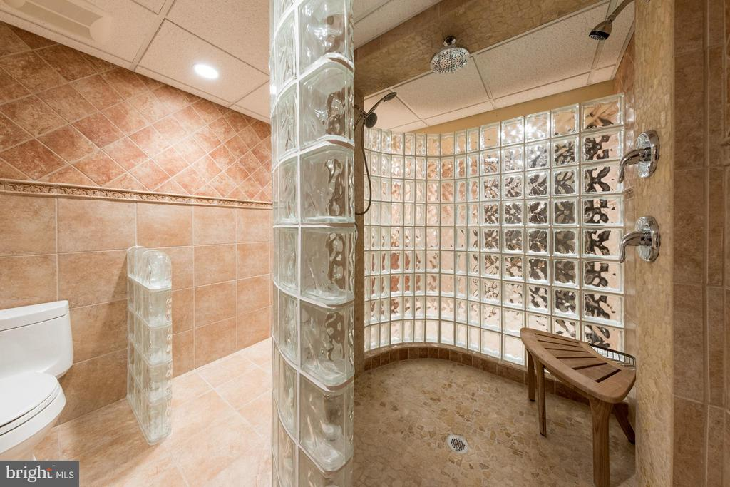 Huge walk-in shower! - 7523 RAMBLING RIDGE DR, FAIRFAX STATION