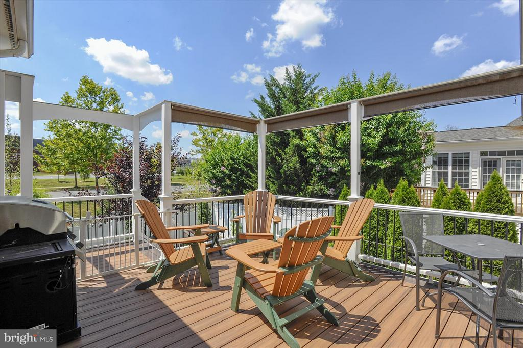Beautiful Trex Style Deck with pull down shades - 43613 CARRADOC FARM TER, LEESBURG