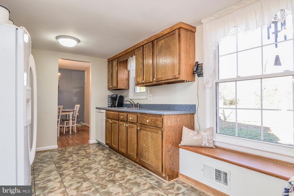 Wonderful light-filled kitchen - 14930 KAMPUTA DR, CENTREVILLE