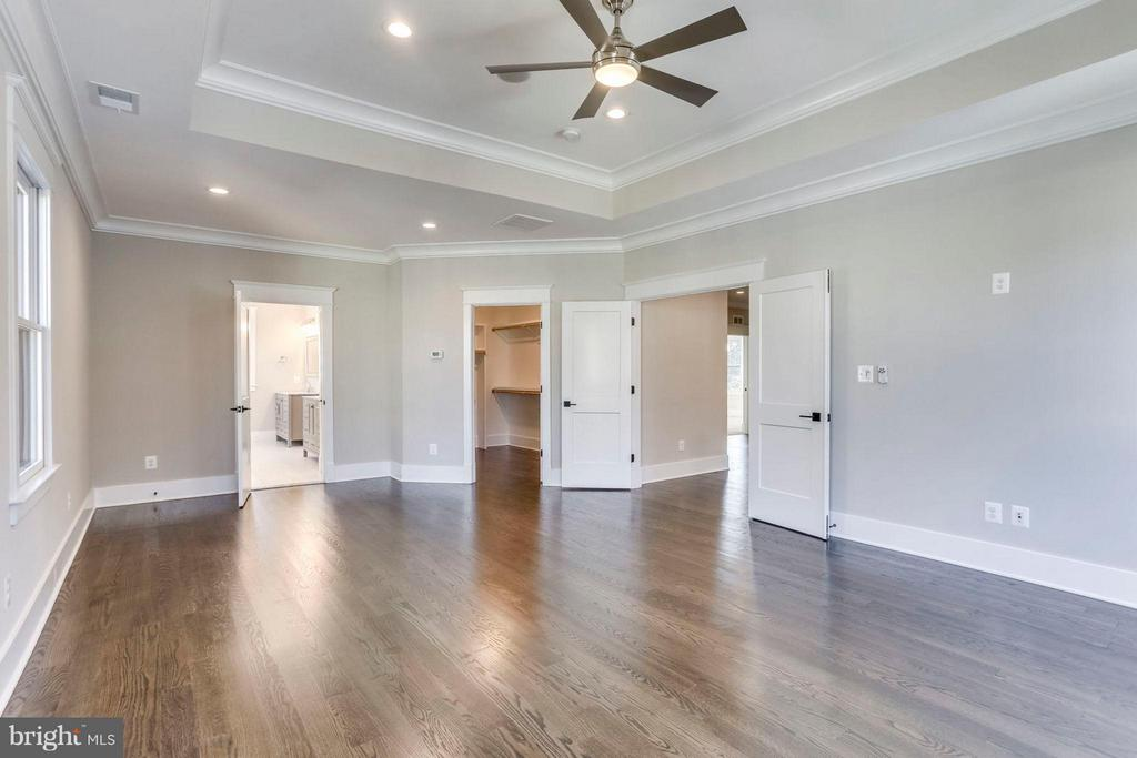 MBR Loaded with Natural Light - 6713 19TH ST N, ARLINGTON