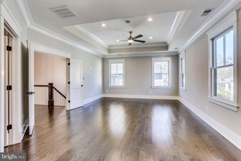 Ample room for sitting area - 6713 19TH ST N, ARLINGTON
