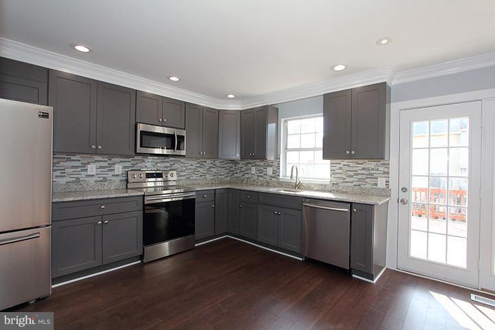 Renovated kitchen with granite counters! - 843 SMARTTS LN NE, LEESBURG