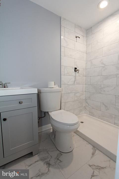 New lower level full bathroom with ceramic tile - 843 SMARTTS LN NE, LEESBURG