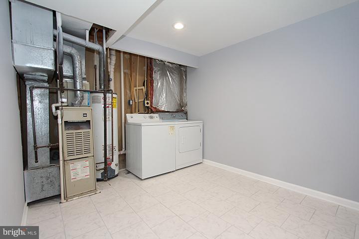 Laundry room with new ceramic tile flooring - 843 SMARTTS LN NE, LEESBURG