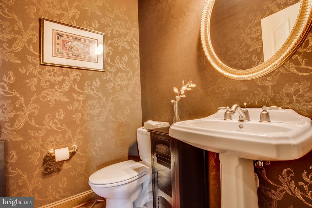 Main Half Bath makes guests feel special. - 10 STEFANIGA FARMS DR, STAFFORD