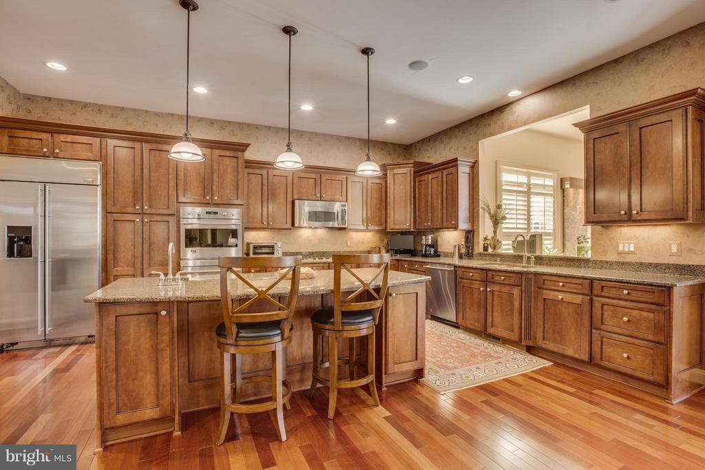 High Level Cabinetry with Crown. - 10 STEFANIGA FARMS DR, STAFFORD