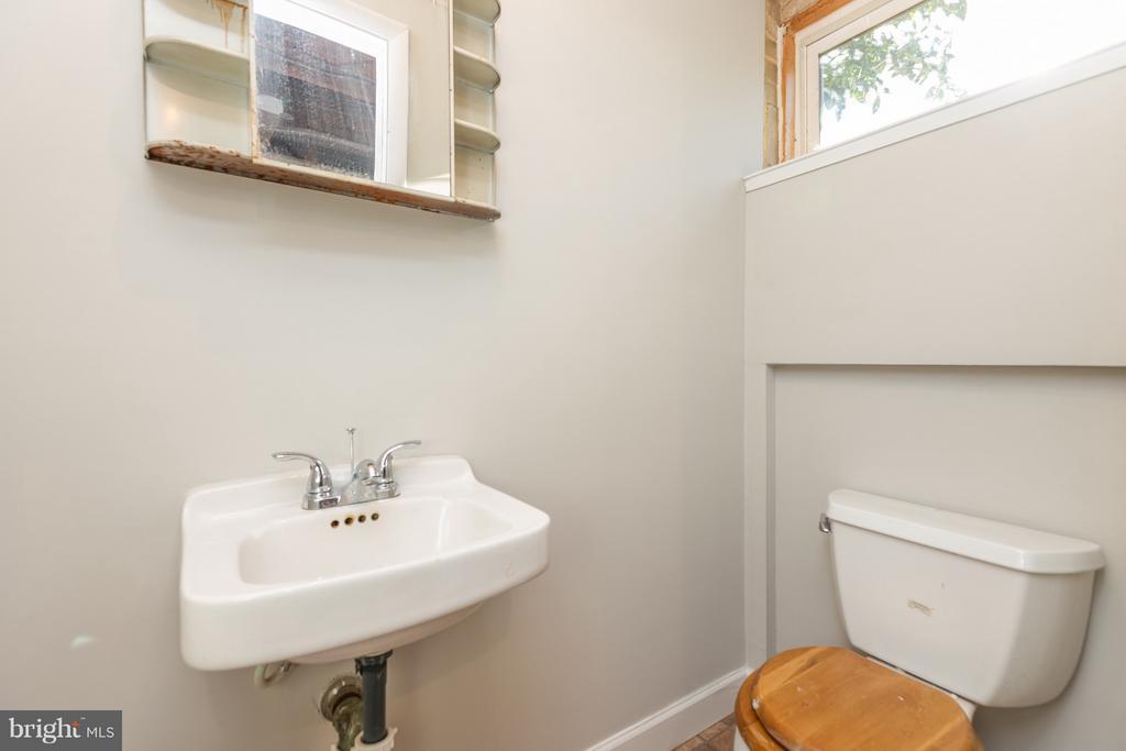 Basement half bath - 2101 N QUINTANA ST, ARLINGTON
