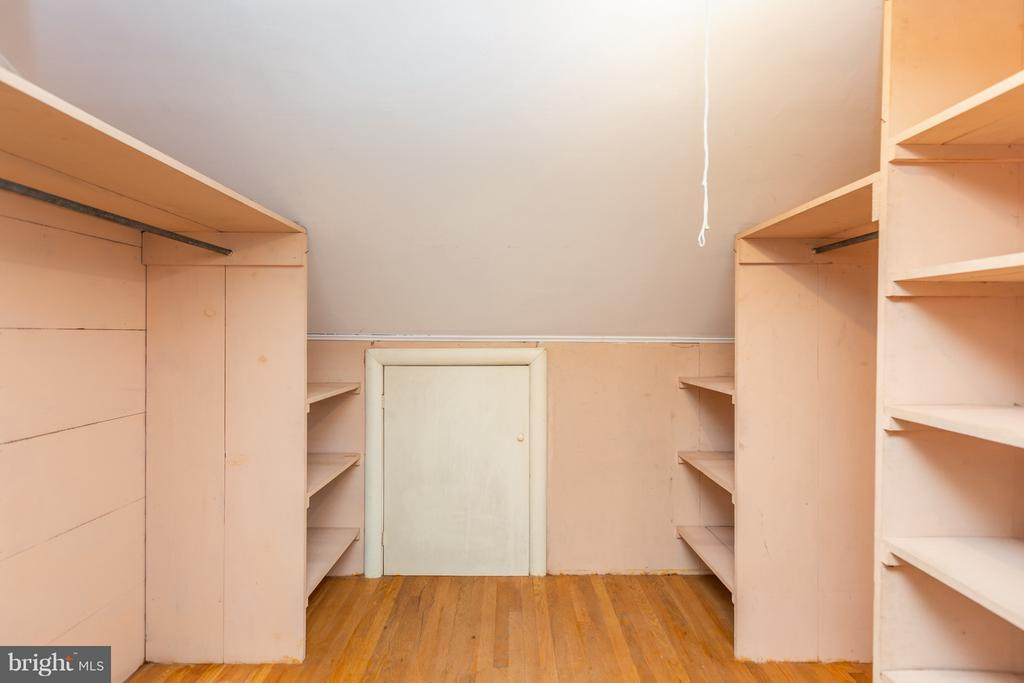 Large walk in closet upstairs - 2101 N QUINTANA ST, ARLINGTON