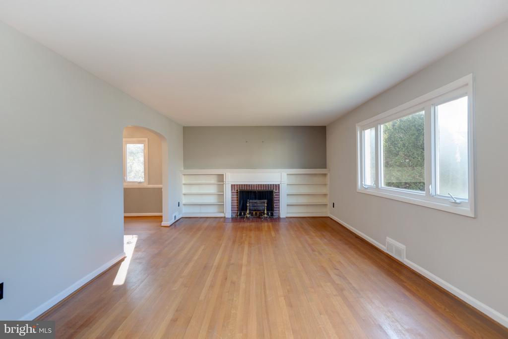 Family/Living Room.    Fresh paint... Hardwoods! - 2101 N QUINTANA ST, ARLINGTON