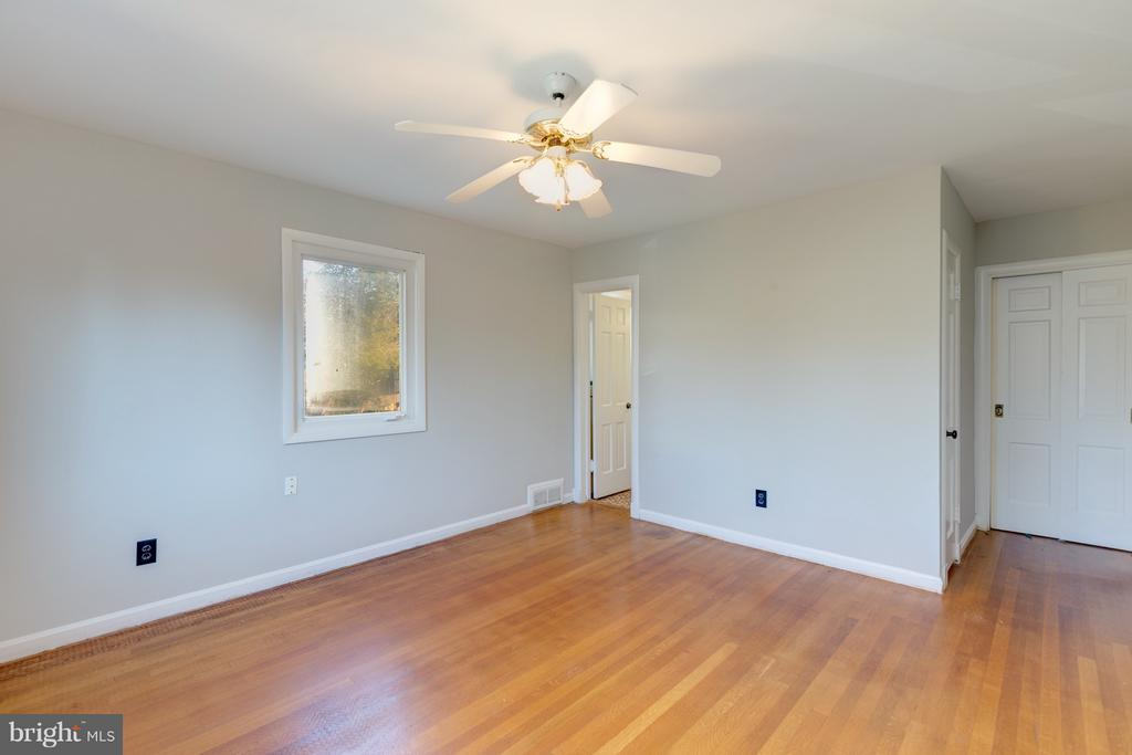 Master Bedroom, two closets! - 2101 N QUINTANA ST, ARLINGTON
