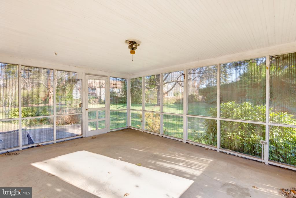 Extra large screened porch - 2101 N QUINTANA ST, ARLINGTON