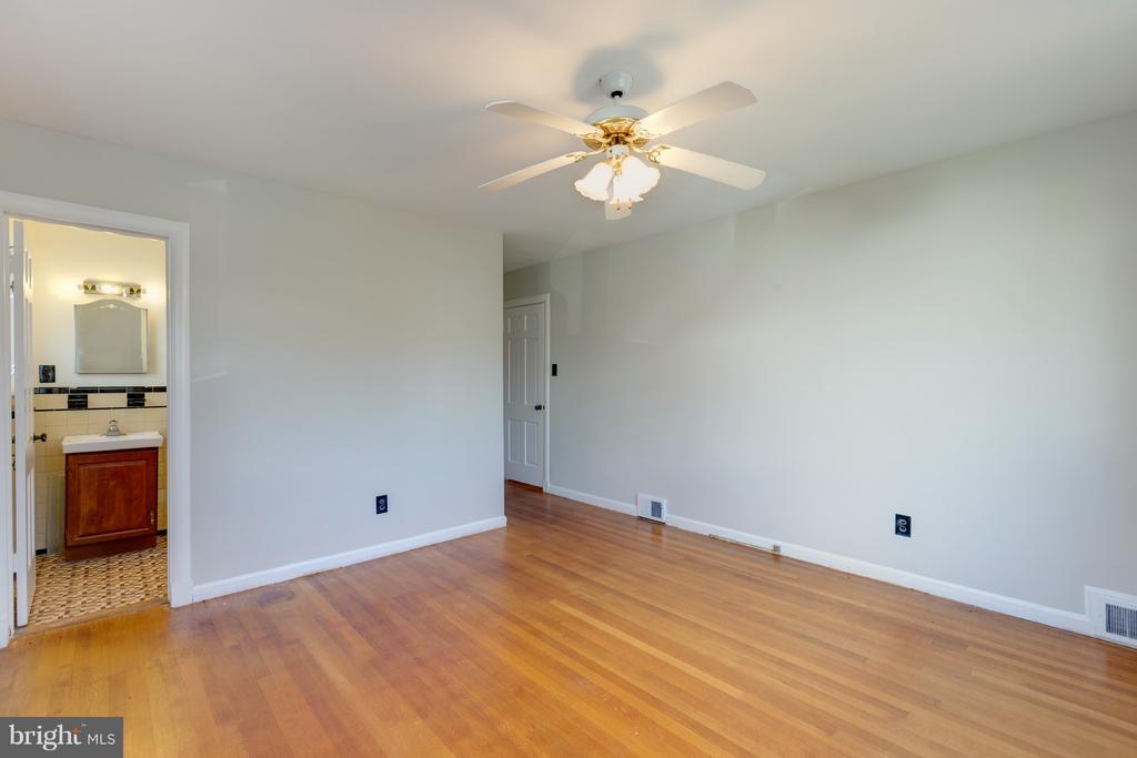 Master Bedroom, Fresh paint... Hardwoods! - 2101 N QUINTANA ST, ARLINGTON