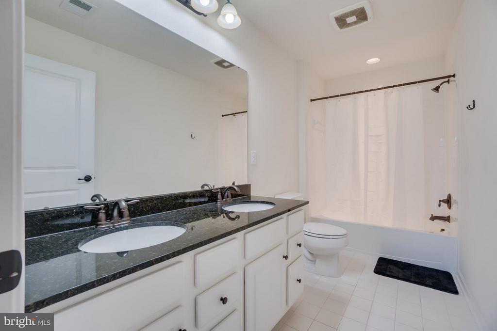 Full bath #2 - 30 KETTLEBROOK CT, STAFFORD