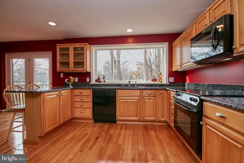 Large Updated Kitchen with Granite - 2158 GOLF COURSE DR, RESTON