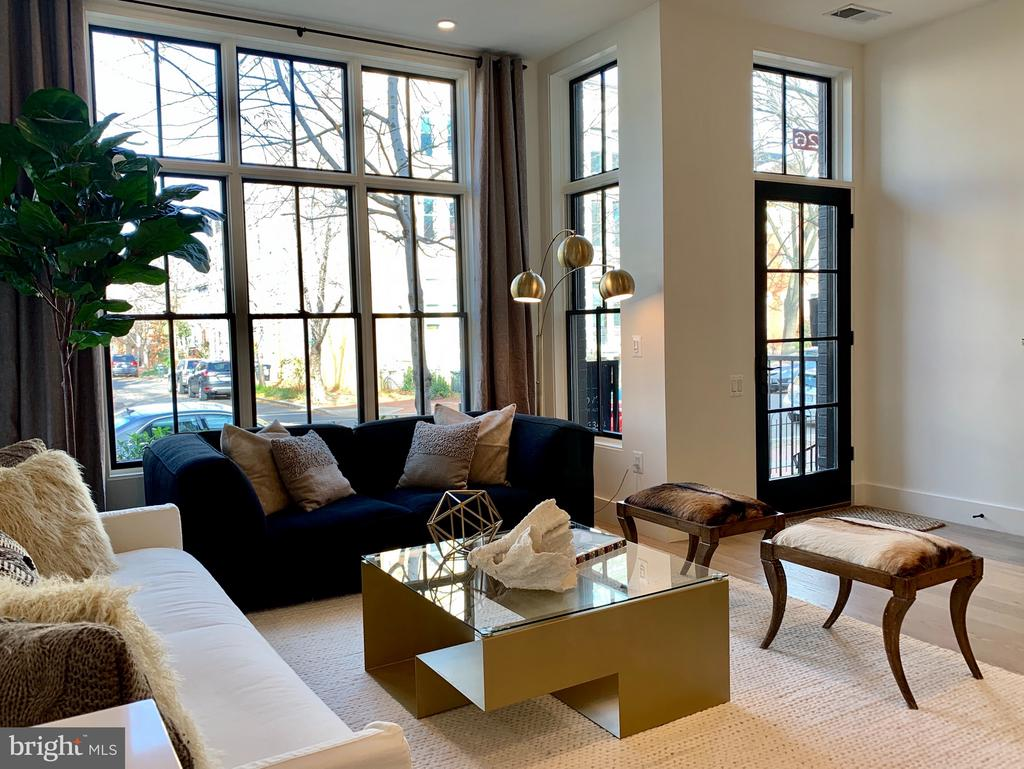Spectacular Living Room with Bay Window - 928 O ST NW #2, WASHINGTON