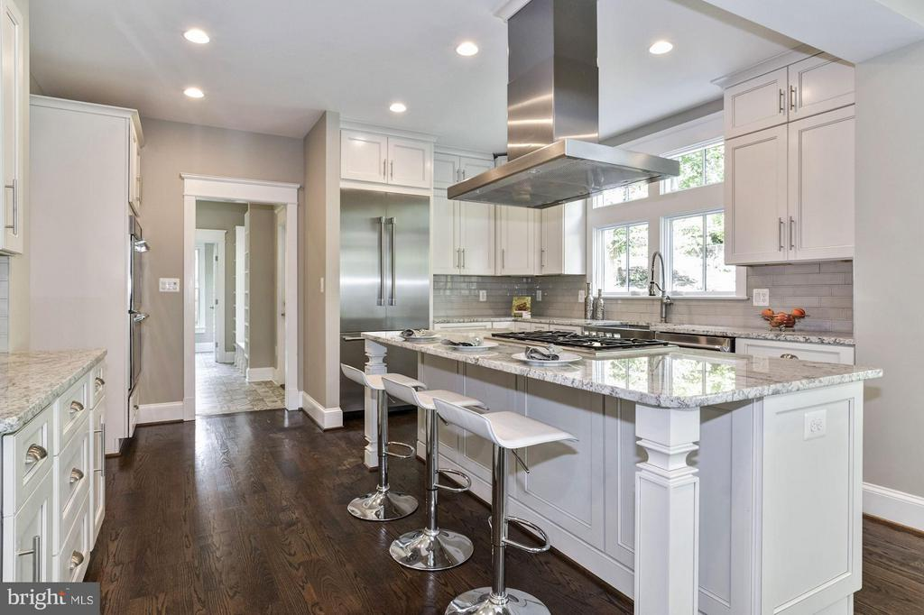 Great kitchen layout; any chef can cook with ease! - 5601 WILLIAMSBURG BLVD, ARLINGTON