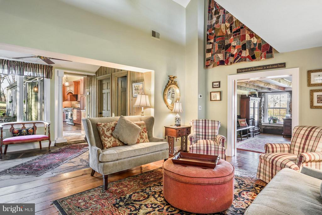 Sitting Room looking into the kitchen - 18483 SILCOTT SPRINGS RD, PURCELLVILLE