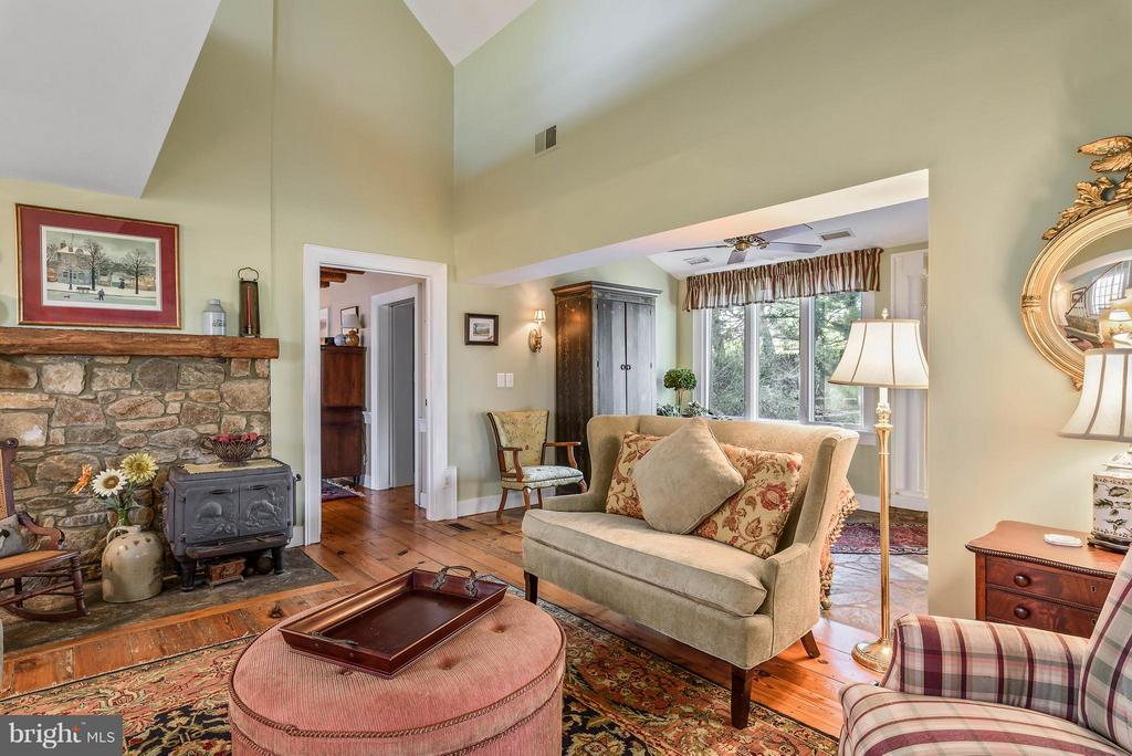Sitting Room looking into the First Floor Master - 18483 SILCOTT SPRINGS RD, PURCELLVILLE