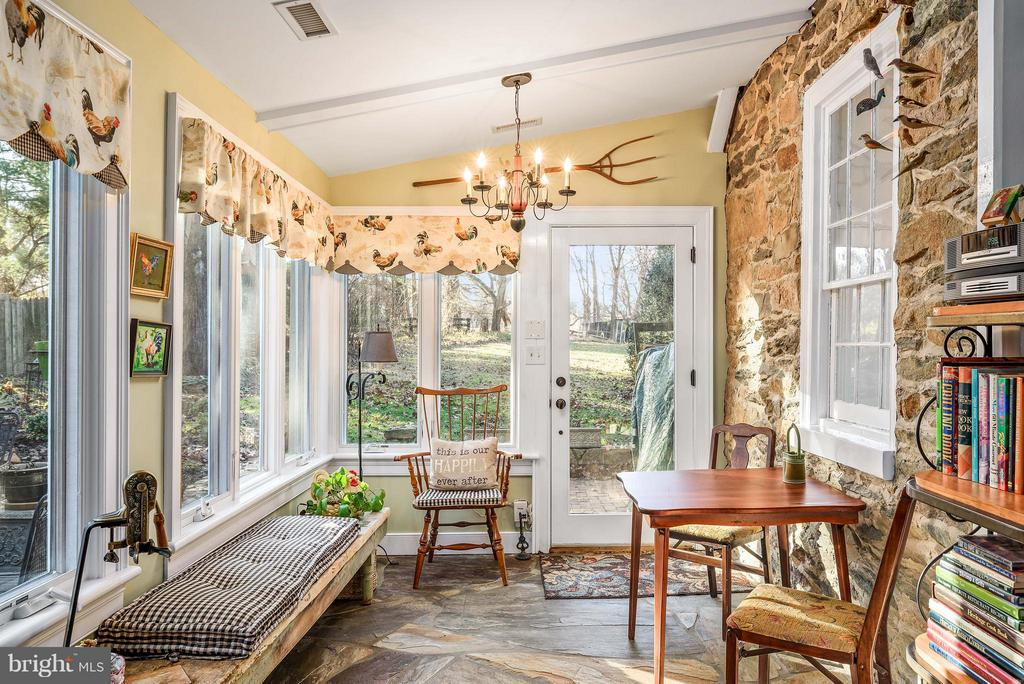 Sitting area in Kitchen - 18483 SILCOTT SPRINGS RD, PURCELLVILLE