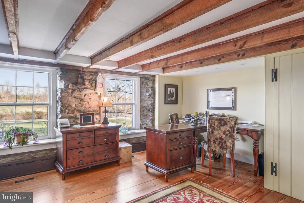 Office with original hardwood floors - 18483 SILCOTT SPRINGS RD, PURCELLVILLE