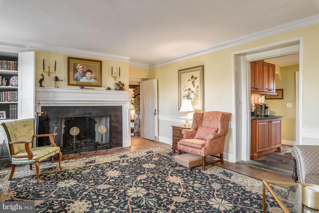 Living Room with wood burning fireplace - 18483 SILCOTT SPRINGS RD, PURCELLVILLE