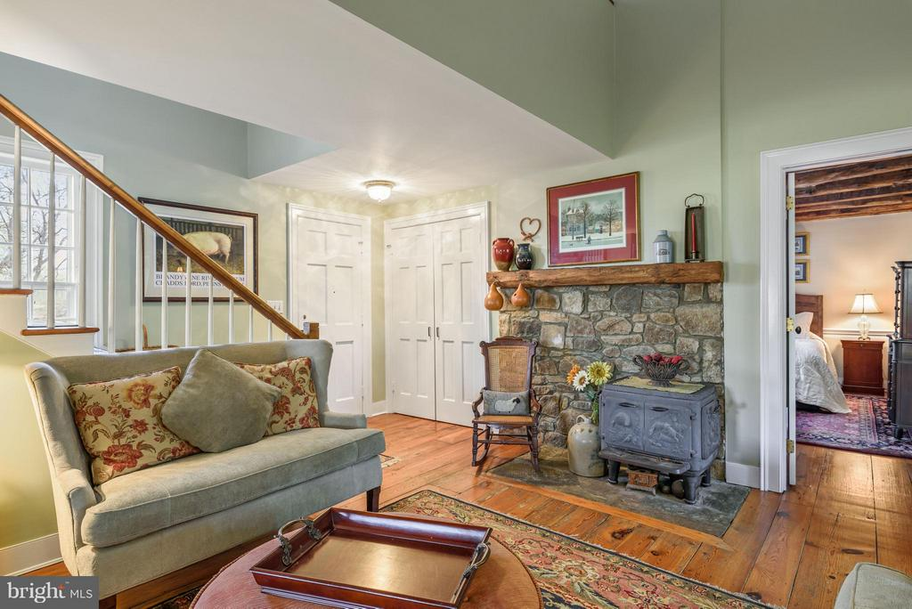 Sitting Room with Wood Burning Fireplace - 18483 SILCOTT SPRINGS RD, PURCELLVILLE