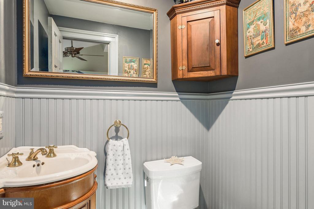 Powder Room - 18483 SILCOTT SPRINGS RD, PURCELLVILLE
