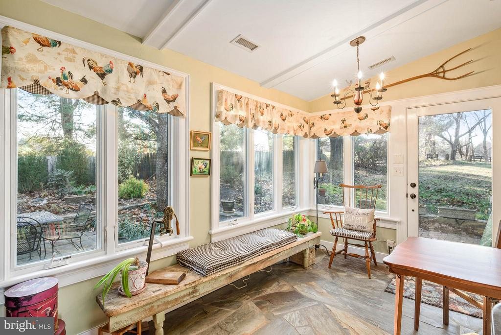 Kitchen sitting area looking out to stone patio - 18483 SILCOTT SPRINGS RD, PURCELLVILLE
