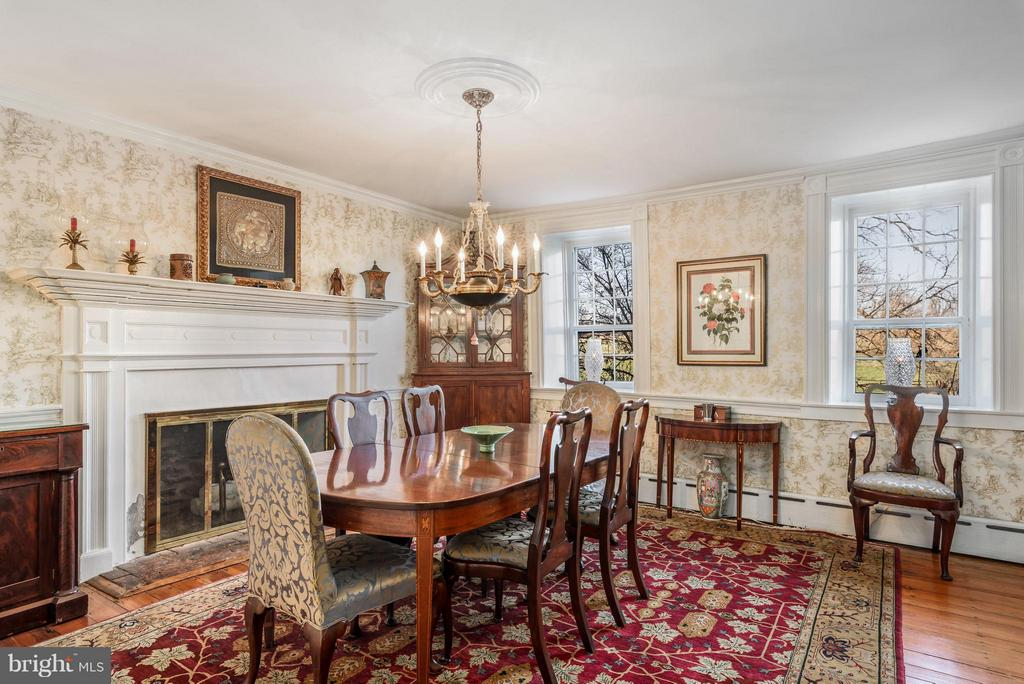 Dining Room with wood burning fireplace - 18483 SILCOTT SPRINGS RD, PURCELLVILLE