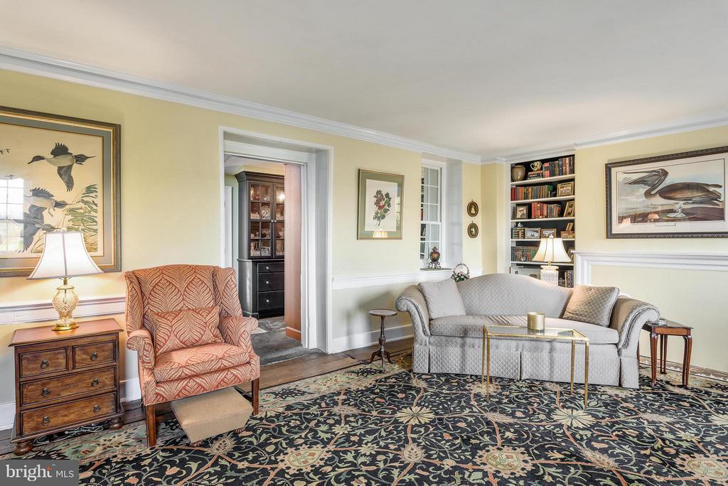 Living Room with original wood floors - 18483 SILCOTT SPRINGS RD, PURCELLVILLE