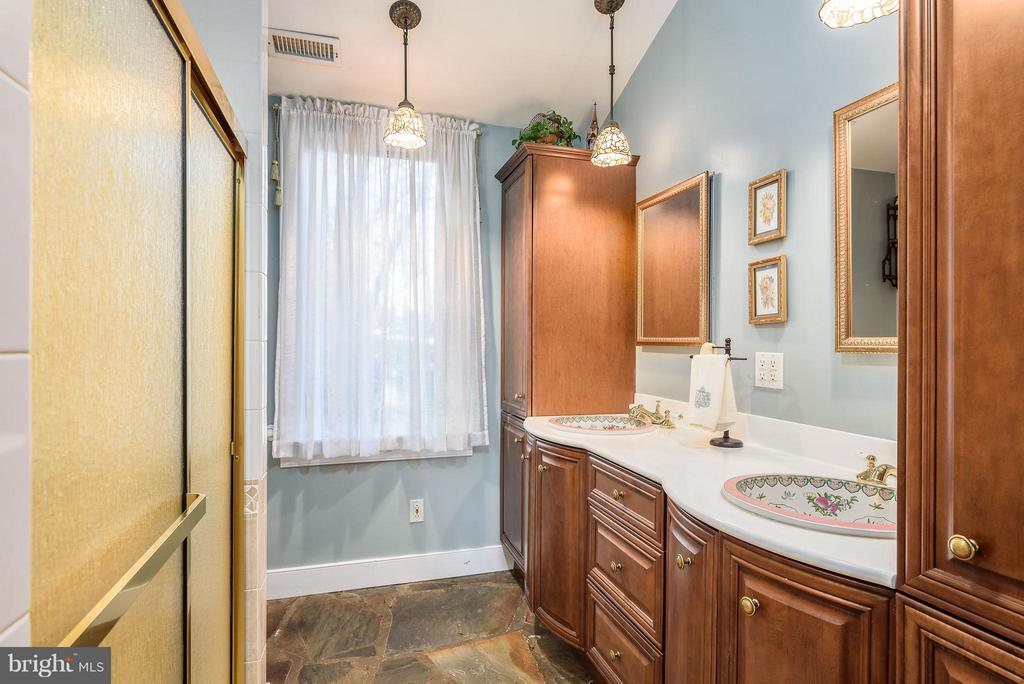 Master Bathroom with double sinks - 18483 SILCOTT SPRINGS RD, PURCELLVILLE