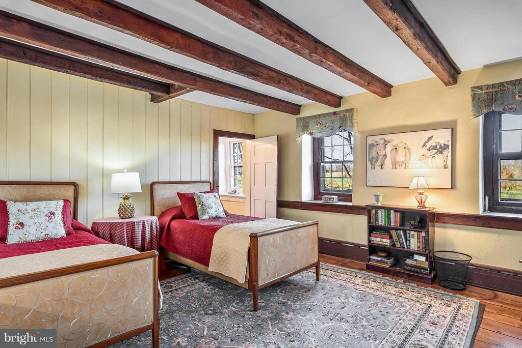 Bedroom #3, upper level, exposed beams - 18483 SILCOTT SPRINGS RD, PURCELLVILLE