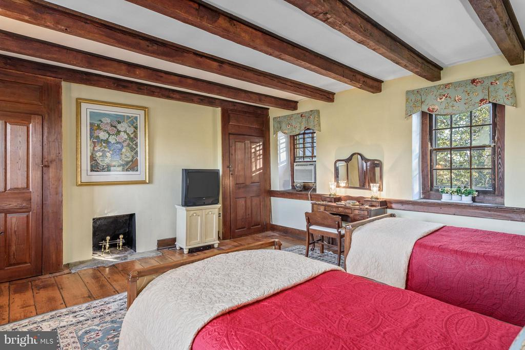 Bedroom #3 w/ wood Burning Fireplace - 18483 SILCOTT SPRINGS RD, PURCELLVILLE