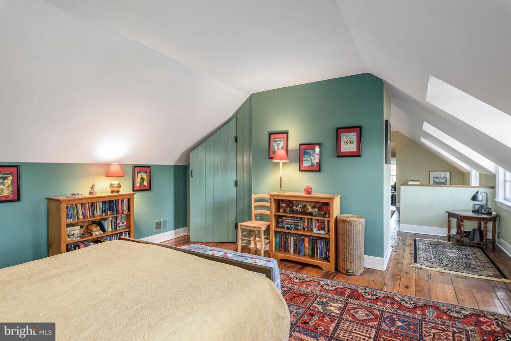 Bedroom #4, built in closet - 18483 SILCOTT SPRINGS RD, PURCELLVILLE